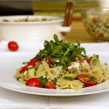 μακαρονοσαλάτα μεσογειακή με πεταλούδες & λαχανικά