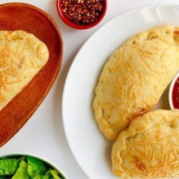 Καλτσόνε με κοτόπουλο σε φρέσκια ζύμη πίτσας