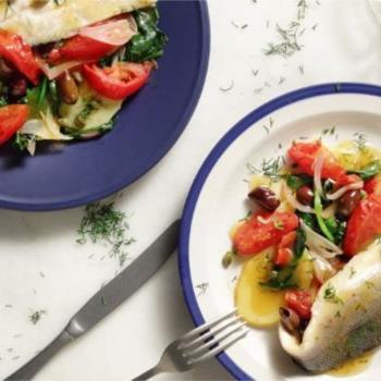 Λαβράκι φιλέτο με πατάτες, ελιές και ντομάτες