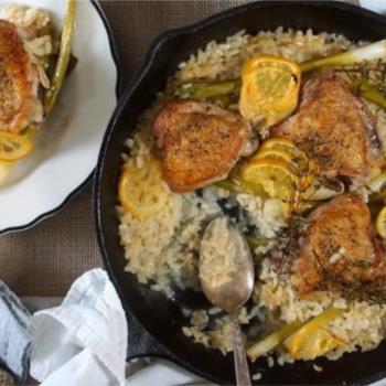 Κοτόπουλο με ριζότο λεμόνι και φρέσκα κρεμμυδάκια στο φούρνο