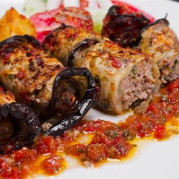 Κεφτεδάκια τυλιγμένα σε φέτες μελιτζάνας με ελαφριά σάλτσα ντομάτας