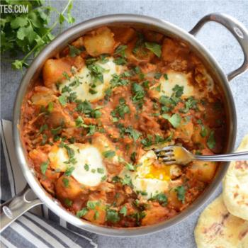 Πατάτες σε σάλτσα ντομάτας κάρυ και αυγά ποσέ