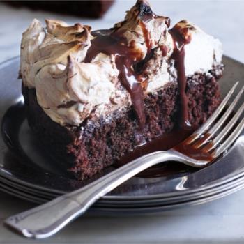 Σοκολατένιο υγρό κέικ με φουντούκια, σοκολατένια μαρέγκα και σιρόπι μερέντας